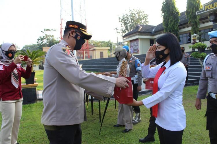 Kapolres Way Kanan Beri Penghargaan 25 Personel Berprestasi