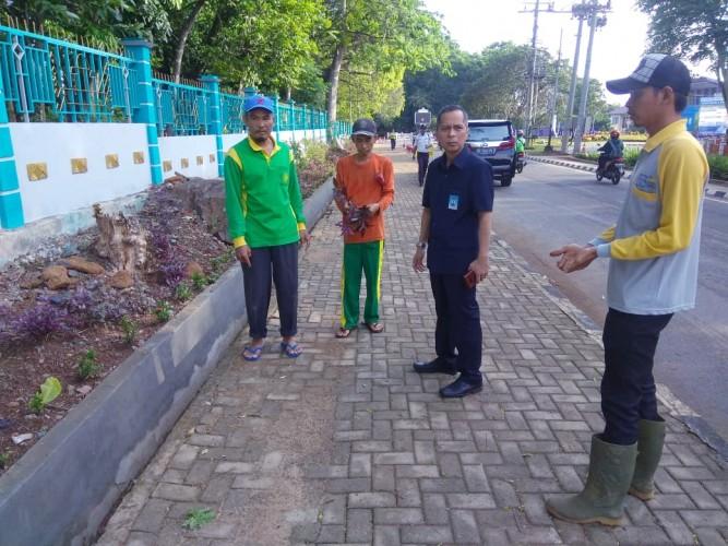 Karomani Menyapa Petugas Kebersihan di Penghujung Tahun