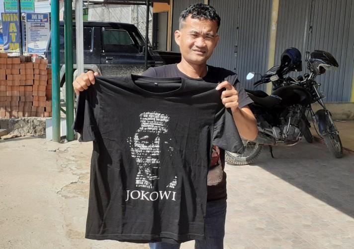 Kebahagiaan More Dapat Kaus Jokowi