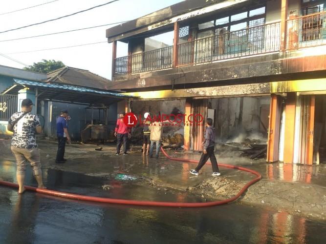 Kebakaran Ludeskan Ruko di Terminal Stasiun KA Kotabumi