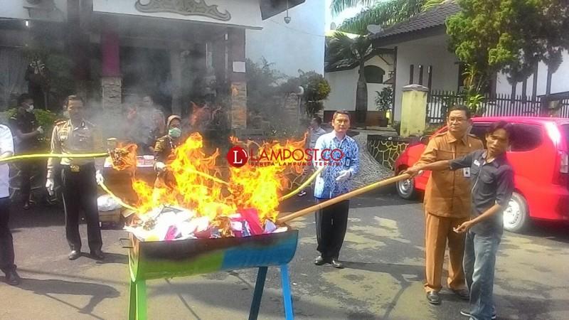 Kejari Bandar Lampung Musnahkan Rp90 Juta Uang Palsu