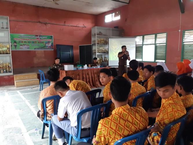 Kejari Liwa Sambangi SMAN 1 Pesisir Tengah Sosialisasikan Hukum