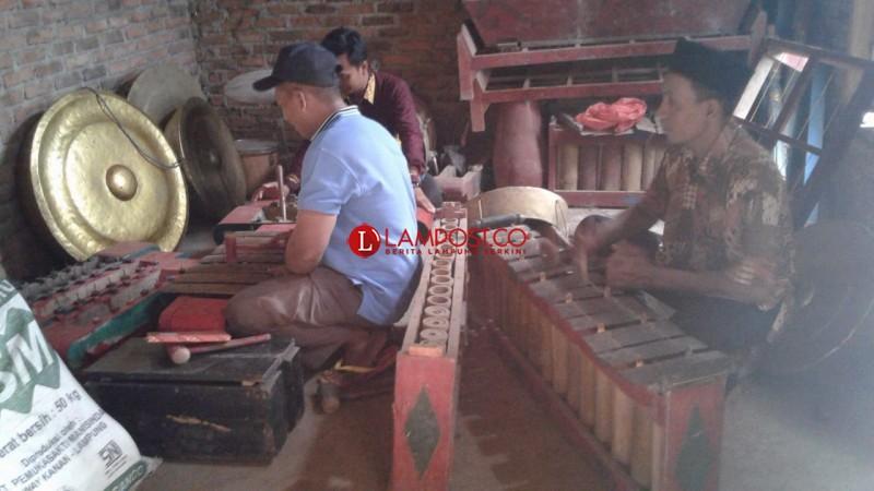 Kelompok Kesenian Tradisional Lampura Butuh Dukungan Pembinaan