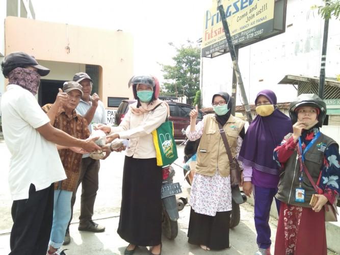 Kelompok KPM Pagelaran Sisihkan Rezeki untuk Sedekah Nasi Bungkus