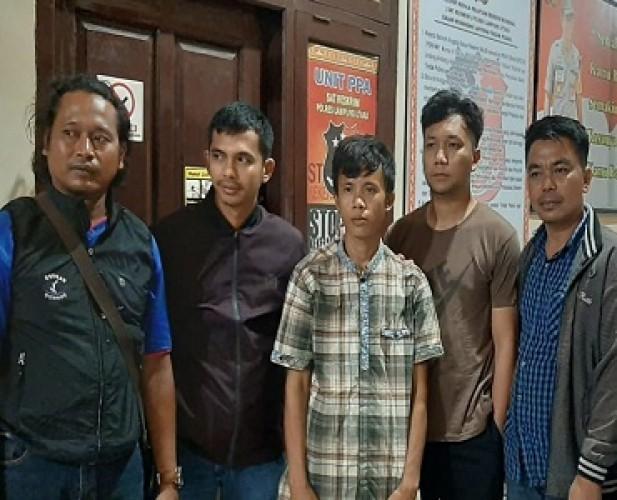 Keluarga Antar Pelaku Penganiayaan Serahkan Diri ke Polres Lampura