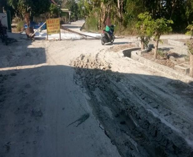 Kendaraan Proyek Rusak Jalan Lingkungan di Kualasekampung