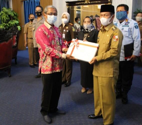 Kepala KPPN Kotabumi Serahkan DIPA dan Daftar Alokasi TKDD 2021 ke Pemkab Lampura
