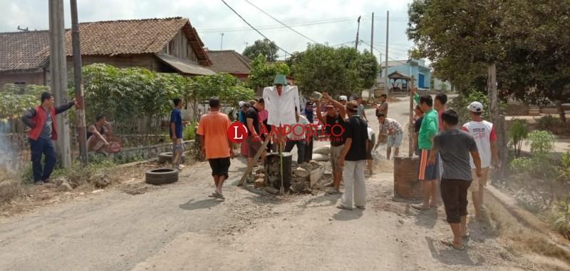 Kesal Jalan Rusak Tak Kunjung Diperbaiki, Warga Tanjungan Blokir Jalan