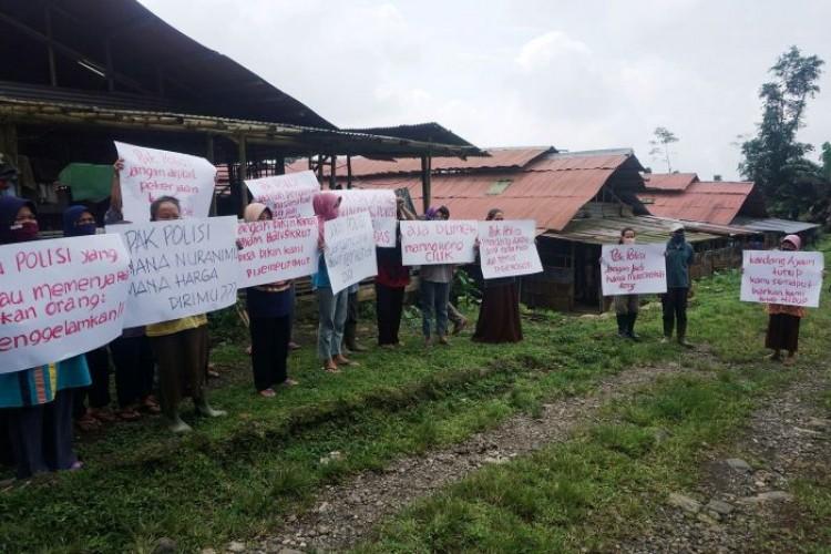 Kesal Ulah Oknum Polisi Pungli, Peternak Ayam Demo