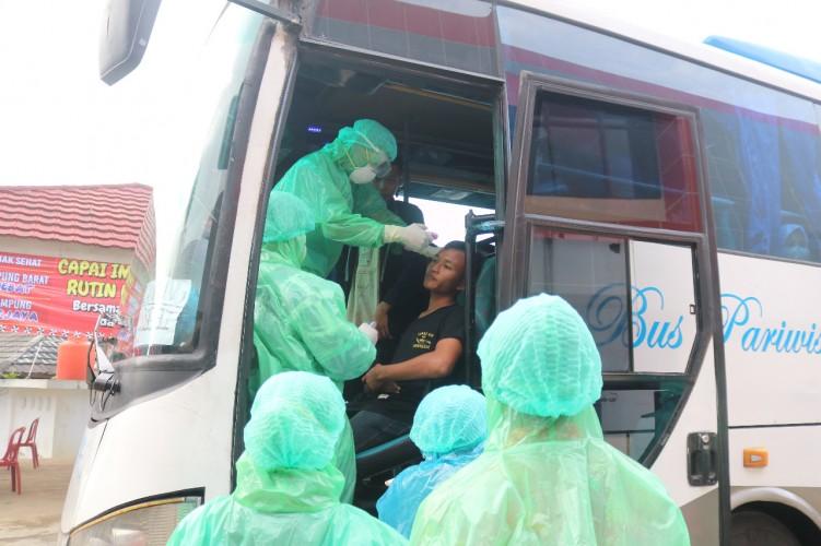 Kesehatan 56 Santri Asal Lambar Yang Pulang dari Bogor Diperiksa