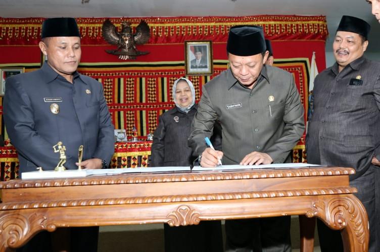 Ketua DPRD dan Plt Bupati Lamsel Tandatangani MoU KUA-PPAS APBD 2019