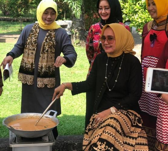 Ketua TP PKK Lampung Ikuti Lomba Masak di Padang