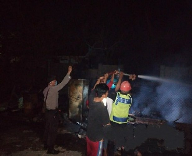 Kios Tambal Ban di Tepi Jalinsum Tarahan Habis Terbakar