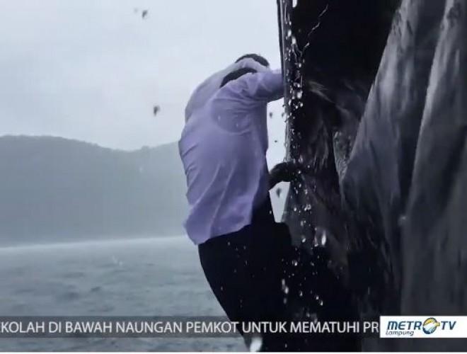 Kisah Guru Sukarelawan Menerjang Ombak demi Mengajar di Pulau Tegal