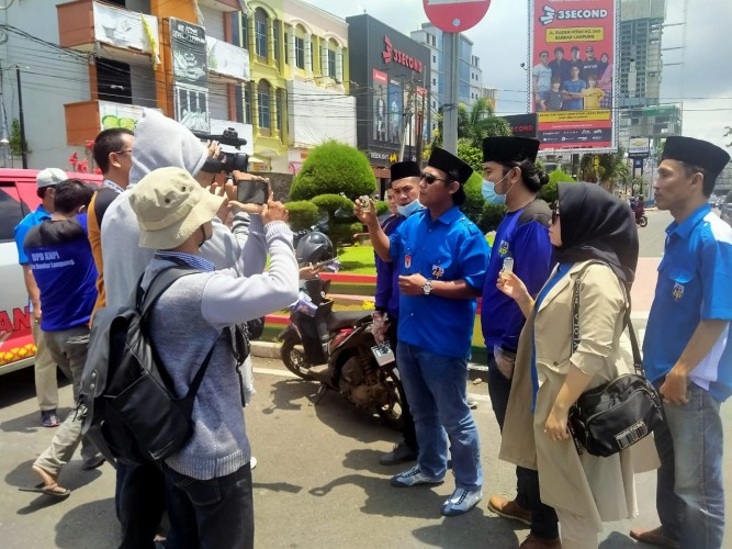 KNPI Bandar Lampung Bagikan 1.000 Botol <i>Hand Sanitizer</i> Gratis
