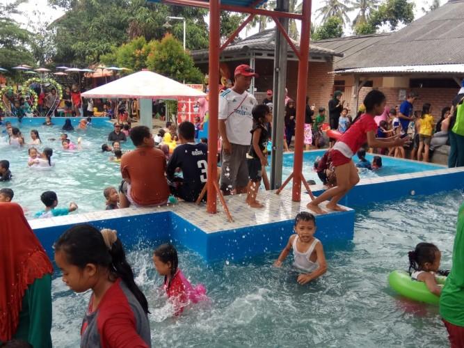 Kolam Renang Tirtasari Dibanjiri Pengunjung