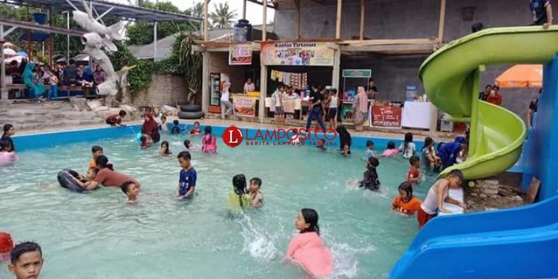 Kolam Renang Tirtasari Swimming Pool Diserbu Wisatawan