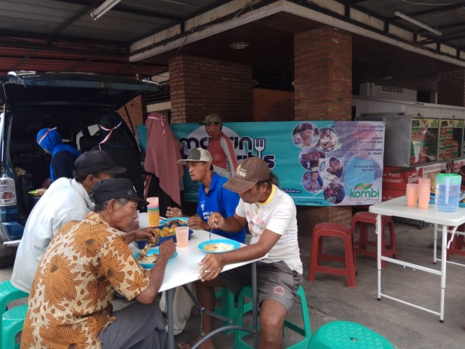Kombi Lampung Berbagi Makan Siang Gratis Rayakan Kemerdekaan