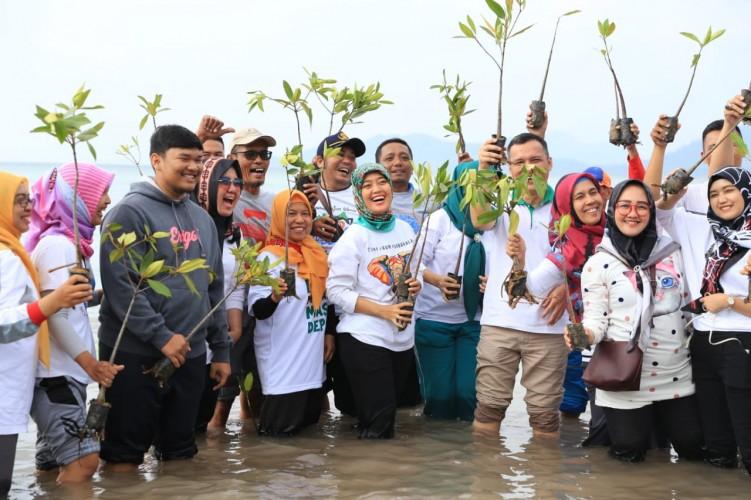 Komit Majukan Wisata, Nunik Laksanakan Tanam Mangrove dan Bersih Pantai