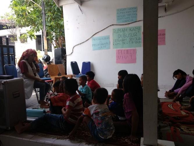 Komunitas Dakocan Hibur Anak Korban Penggusuran dengan Dongeng