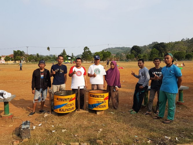 Komunitas Pecinta Kalpataru Salurkan Tempat Sampah