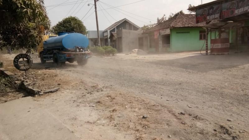 Kontraktor Belum Atasi Debu Perbaikan Jalan di Ruas Sukamulya-Sukaraja