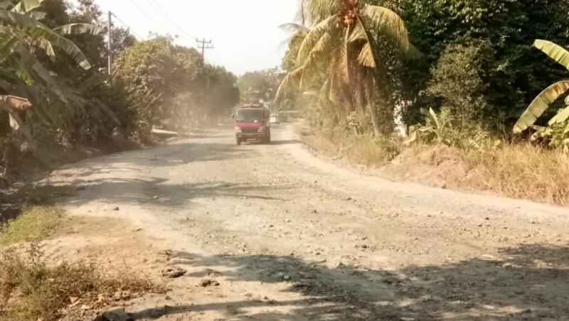 Kontraktor Diduga Abaikan Debu Perbaikan Jalan Poros