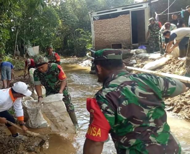 Koramil 0421-09 Tanjungbintang dan Warga Normalisasi Sungai