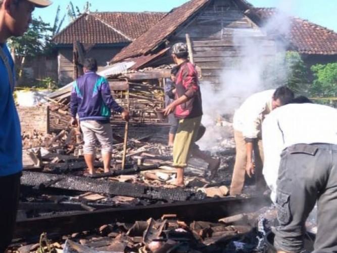 Korsleting Listrik, Rumah Sewa Bidan di Ulubelu Ludes Terbakar