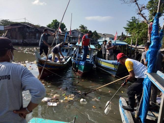 Muara Way Belau Dipenuhi Tumpukan Sampah Kiriman