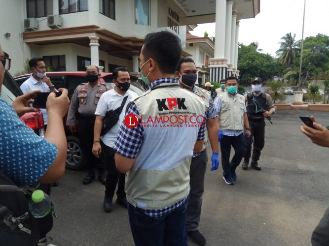 KPK Geledah Kantor Bupati Lampung Selatan