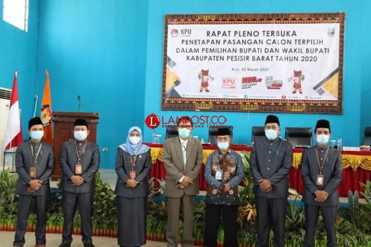 KPU Tetapkan Agus Istiqlal-Zulqoini Paslon Terpilih Pilkada Pesisir Barat