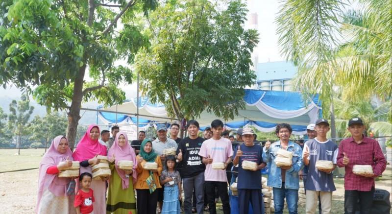 Kurangi Plastik, PLN Tarahan Bagikan Daging Kurban Pakai Besek Bambu