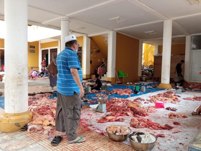 Kurbankan 13 Sapi, Ponpes Riyadhus Solihin Bagikan 1.500 Paket Daging