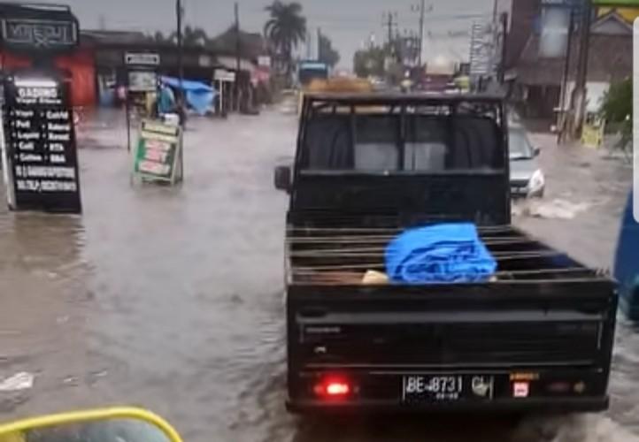 Lalu Lintas di Jalan Protokol Pringsewu Tersendat Banjir