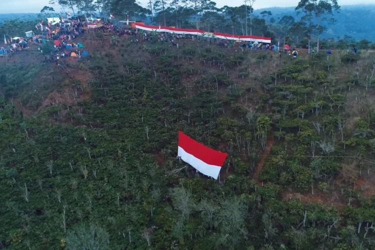 Lambar Kibarkan Bendera Raksasa Peringatan HUT RI di Bukit