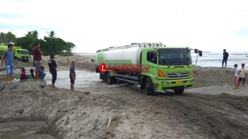 LAMPOST TV: Jalinpanbar Hanya Bisa Dilewati Saat Air Laut Surut