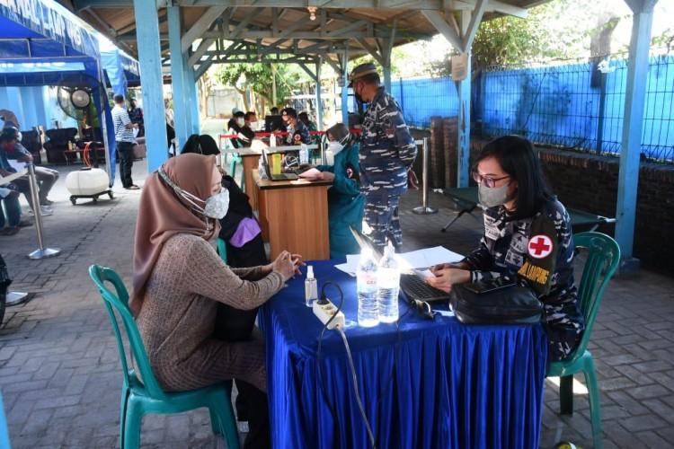 Lanal Lampung Serbu Warga Panjang dengan Vaksin
