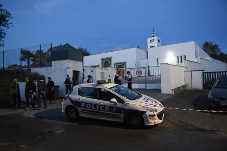 Lansia Tembak Dua Orang lalu Coba Bakar Masjid