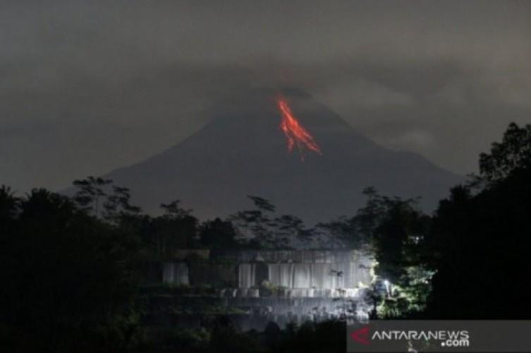 Lava Pijar Gunung Merapi Berguguran Sejauh 1,5Km