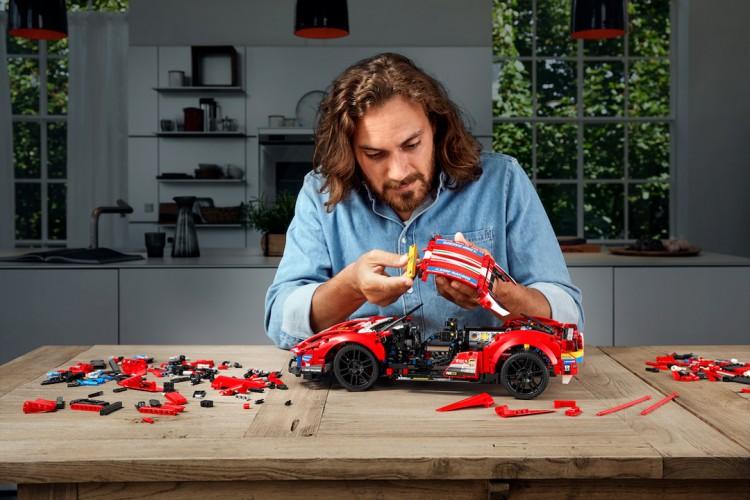 LEGO Technic Rilis Model Ferrari 488 GTE 'AF Corse #51'
