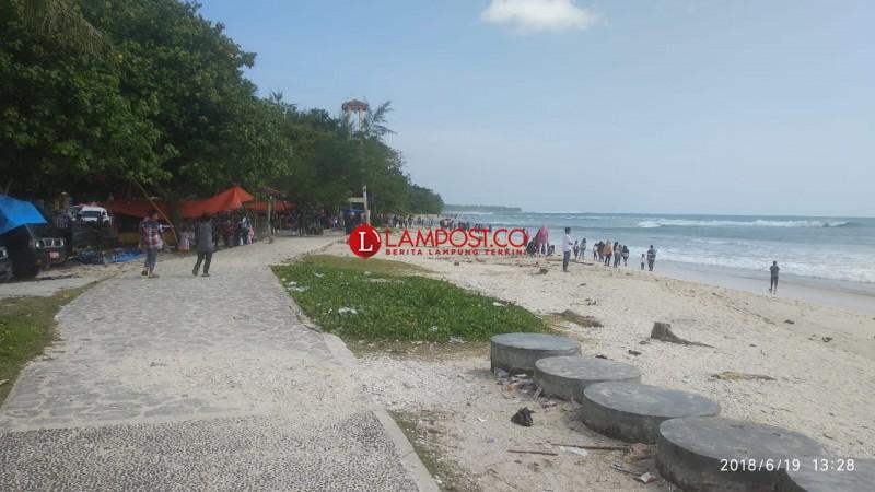 Libur Lebaran Hampir Usai, Wisatawan Pantai Labuhan Jukung Mulai Berkurang