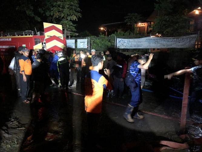 Lima Pengendara Motor Terseret Arus Sungai Akibat Banjir Bandang