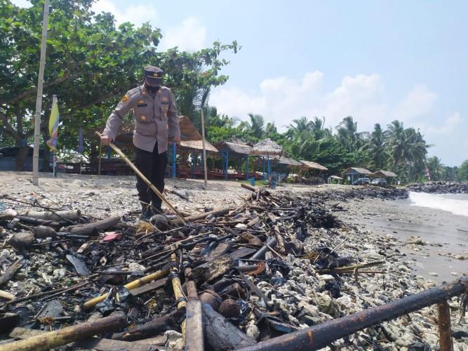 Limbah Aspal Ditemukan di Perairan Bengkunat