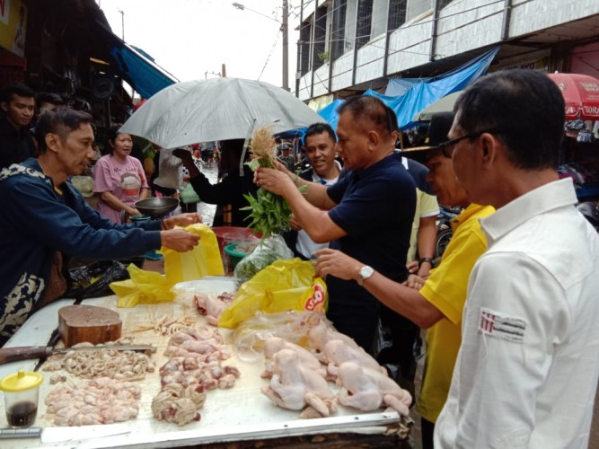 Lodewijk Blusukan Temui Pedagang di Pasar Tugu