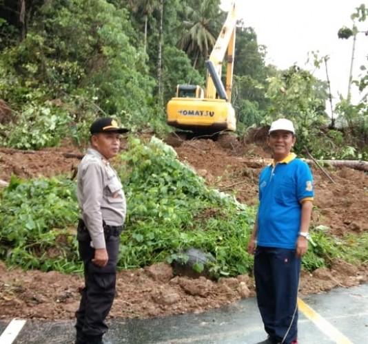 Longsor, Akses Jalinbar Pesisir Barat di Pekon Gedau Lumpuh Total