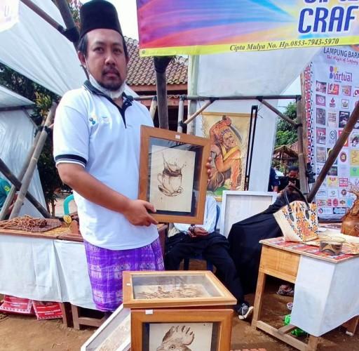 Lukisan Berbahan Arang Kayu Mengisi Pasar UMKM di Lambar