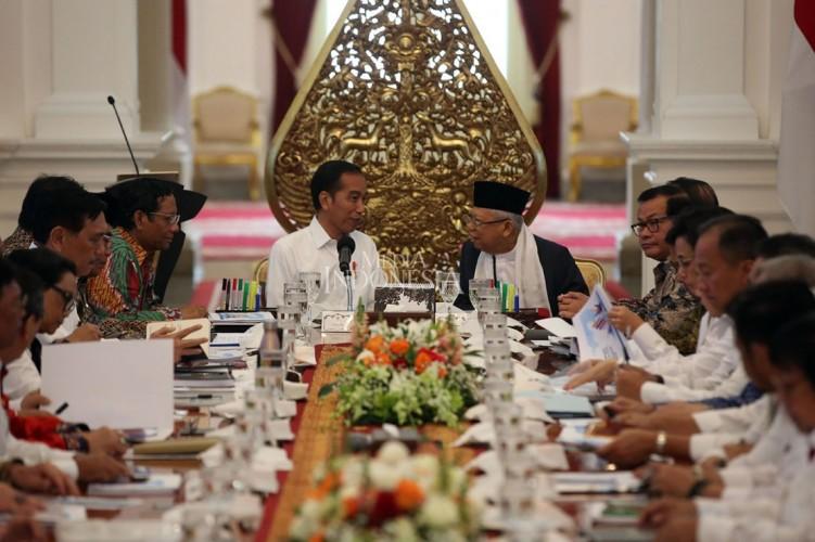 Ma'ruf Amin Bersarung di Rapat Perdana Kabinet