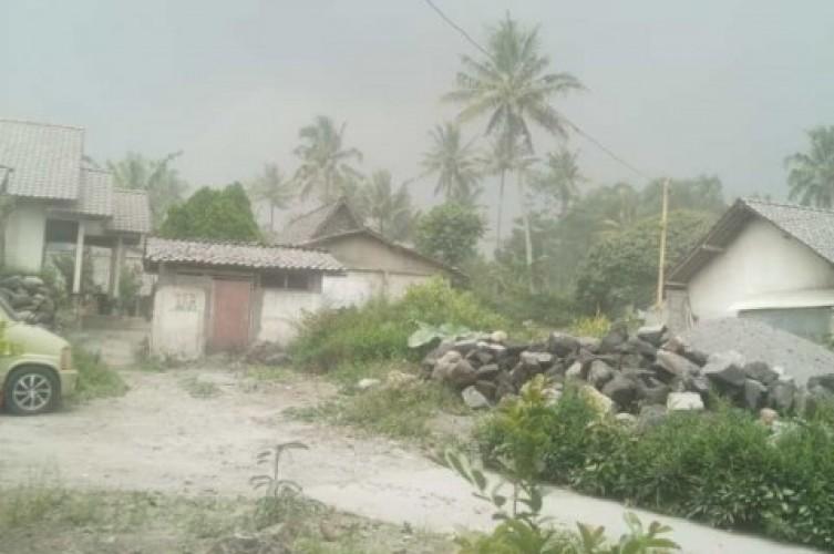 Magelang Diselimuti Hujan Abu Erupsi Merapi