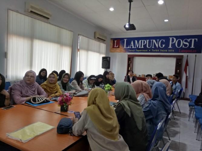 Mahasiswa Ilmu Komunikasi UBL Kunjungi Redaksi Lampung Post